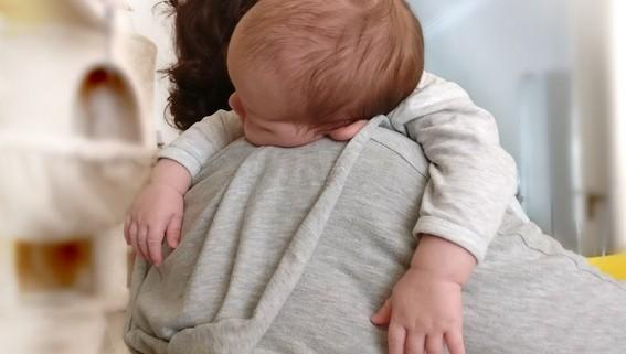 Baby schläft auf dem Arm ein