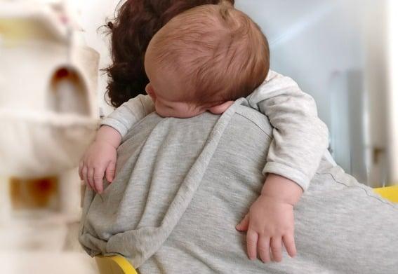 Ihr Baby schläft nur auf dem Arm ein? Soforthilfe für Ihr